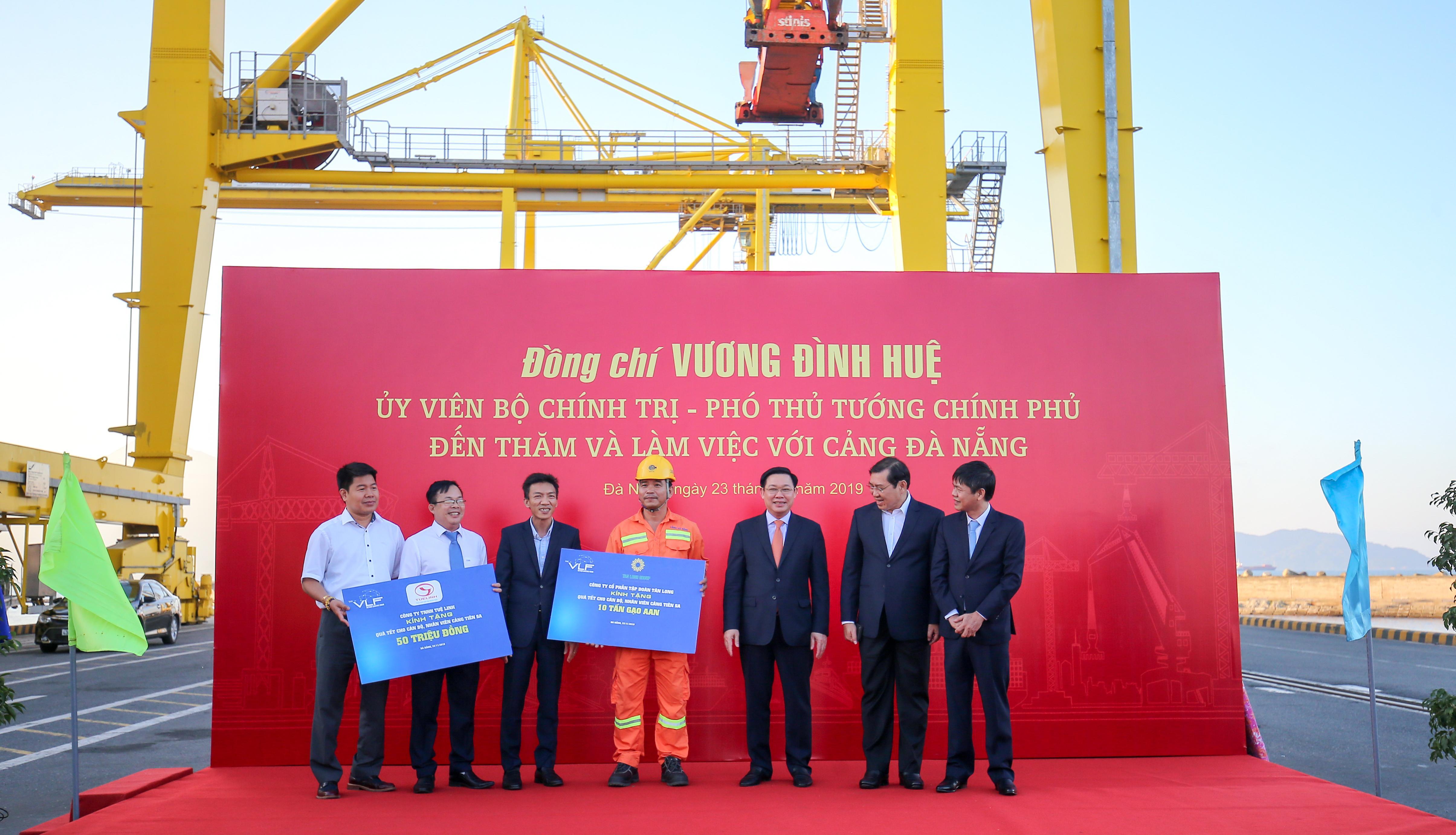 Ông Nguyễn Chánh Trung - Giám đốc mảng gạo Tập đoàn Tân Long trao tặng 10 tấn gạo cho Cảng Tiên Sa