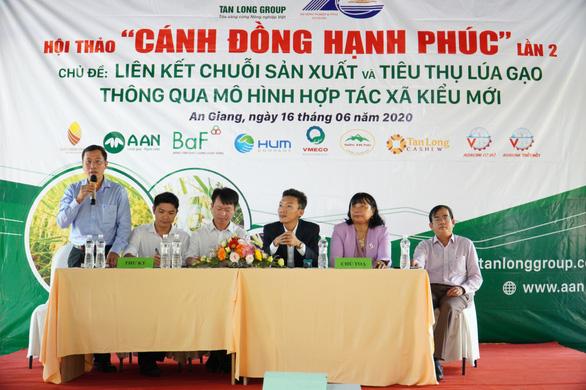 Đại diện Tập đoàn Tân Long và các chuyên gia nông nghiệp giải đáp thắc mắc của bà con nông dân về mô hình hợp tác xã kiểu mới